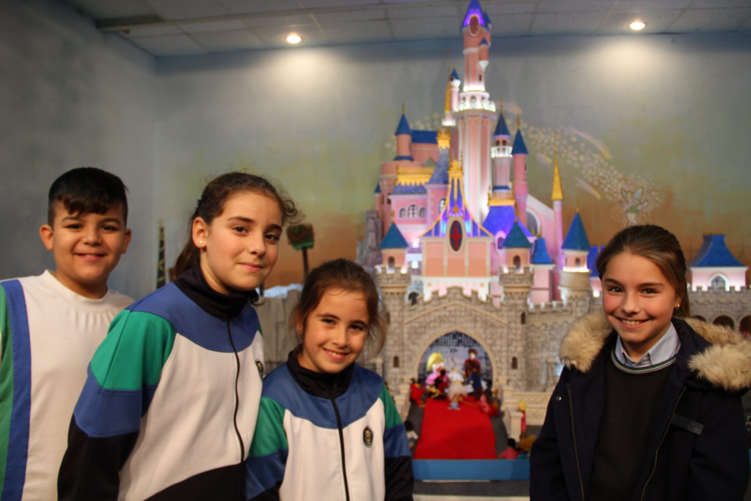 los alumnos de catequesis visitan el belén del mercado del cabañal