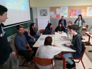 Alumnos y profesores reunidos alrededor de una mesa