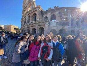 Alumnas en el coliseo romano
